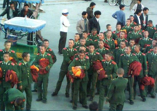 Kitajski vojaki z meniškimi opravami